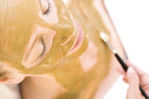 3999x6000-gezichtsmasker-aanbrengen